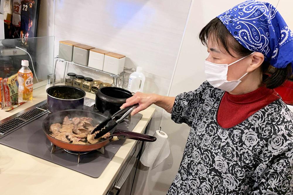 料理をする黒田ママ