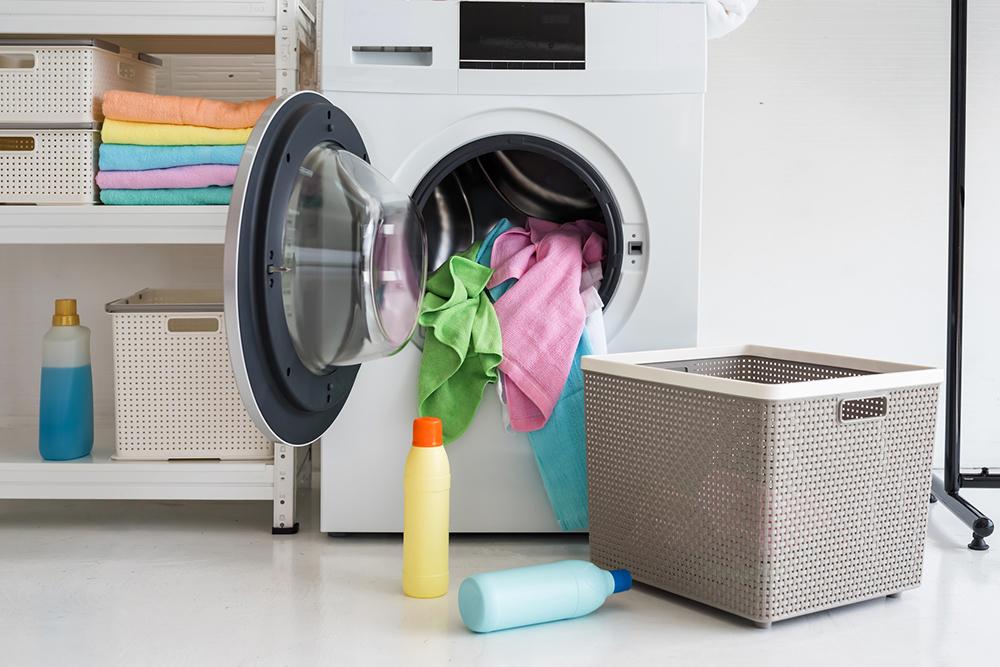 洗濯機から溢れる衣服