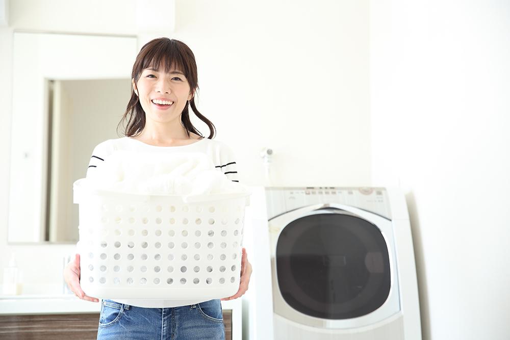 洗濯かごをもつ女性